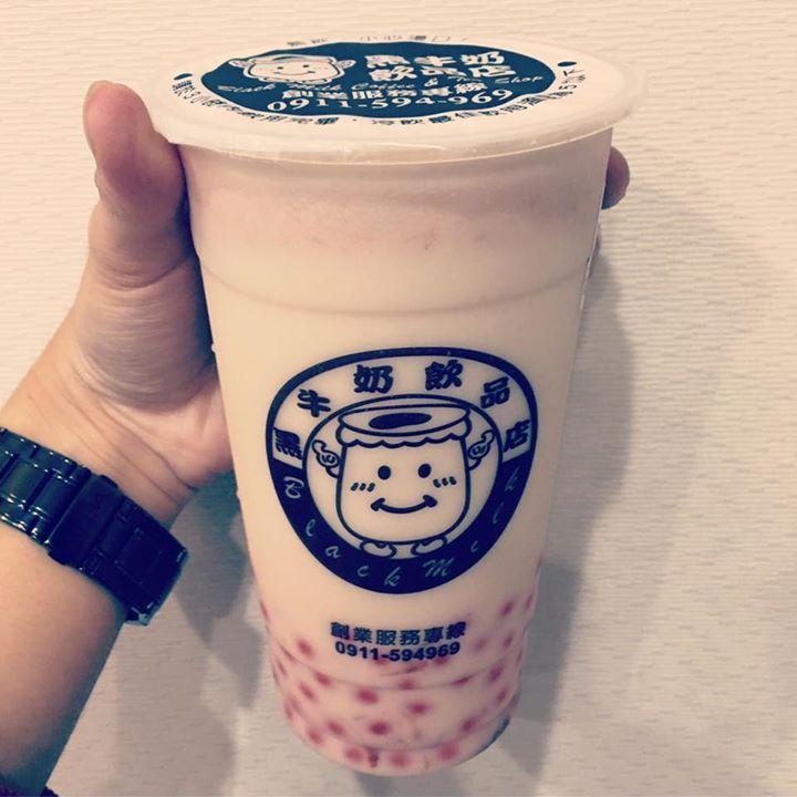 黑牛奶飲品店,草莓奶茶加爆珠,酸甜草莓奶茶搭配草莓爆珠新口感